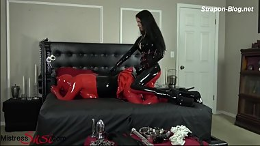 Latex mistress fucking her gimp