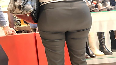 Delucious big butts milfs in tight pants