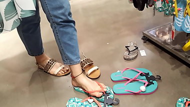 shopping fr tries flipflops her sex long feets toes
