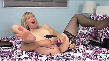 American milf Jamie Foster dildos her shaven pussy